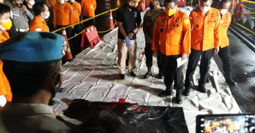 Basarnas Serahkan Serpihan Pesawat Sriwijaya Air ke DVI