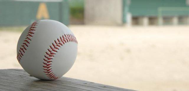 グランドの野球ボール