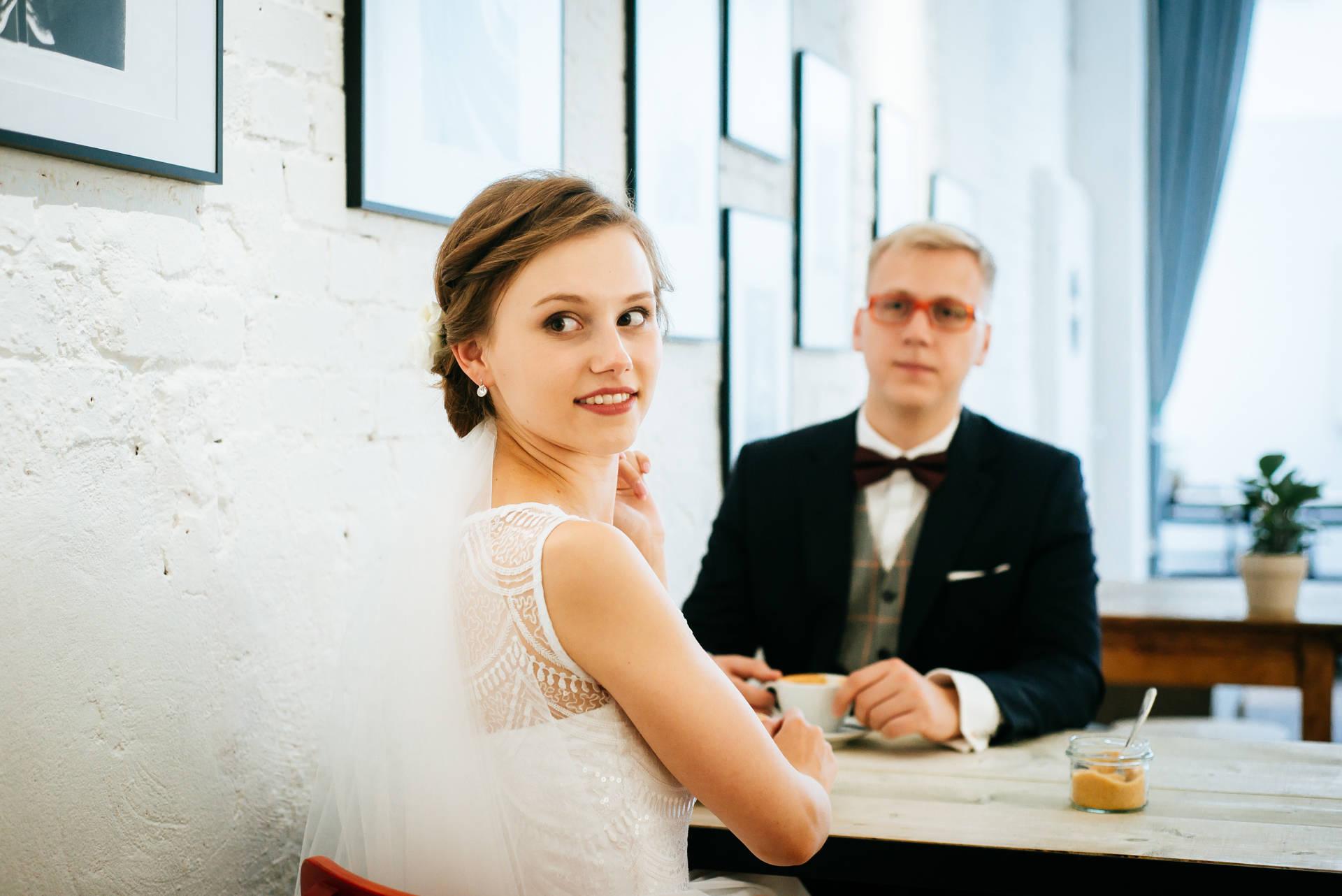 Sesja ślubna w miejskim stylu, uzupełniona o zdjęcia ślubne w kawiarni i w otoczeniu zieleni, zakończona na plaży - sesja dla Pary Młodej zrealizowana w całości w Sopocie - Fot. Rafał i Magda Nitychoruk aparatowo.pl