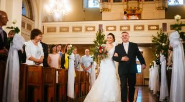 Zdjęcia wykonane w Kościerzynie w województwie Pomorskim, w trakcie ślubu kościelnego. Ojciec prowadzi Pannę Młodą do ołtarza.