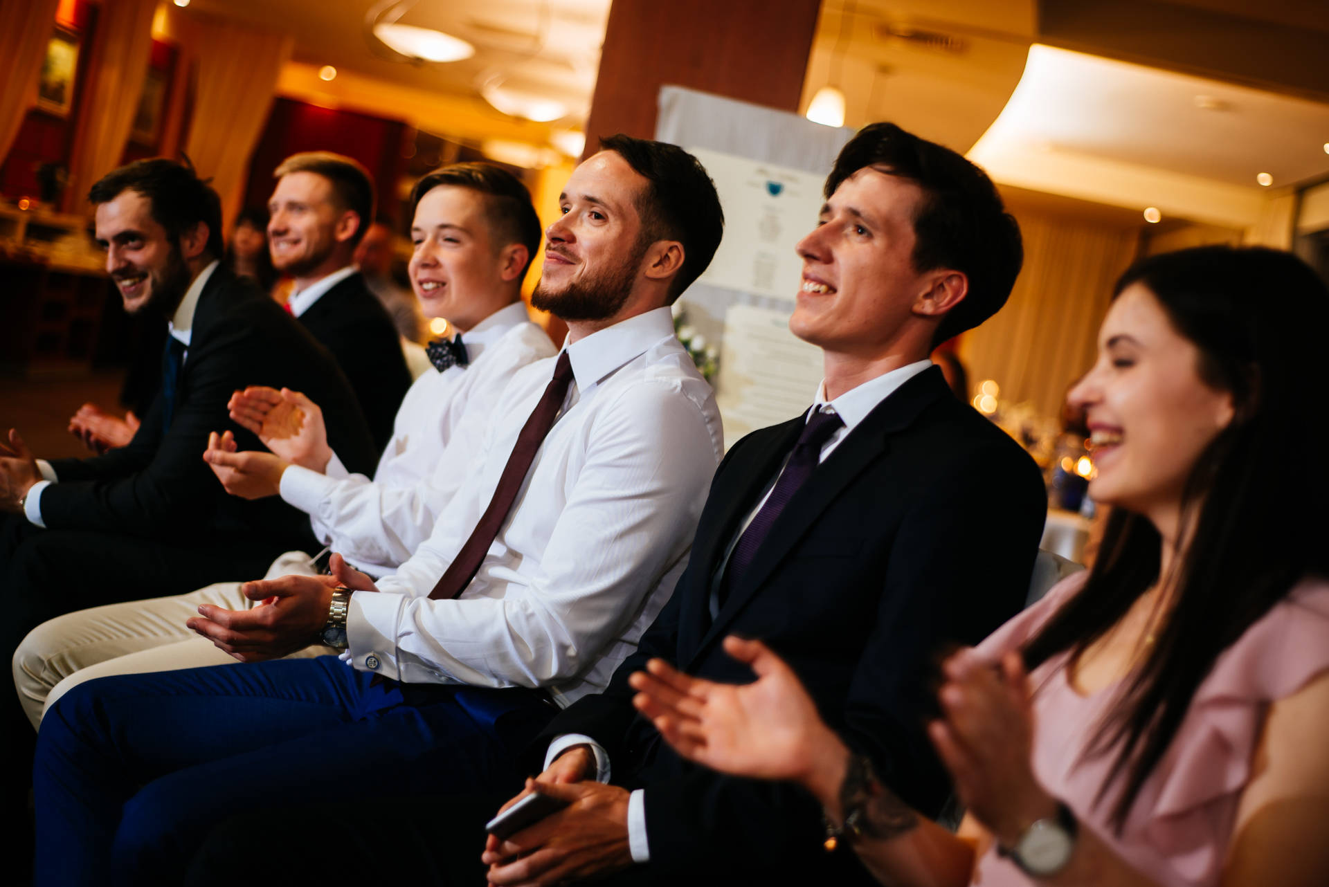 Kameralny ślub w zborze w Gdyni i wesele w nadmorskim Hotelu Gdyńskim, nad samym Bulwarem, kilkanaście metrów od morza i kilkadziesiąt od plaży w Gdyni. Fot. aparatowo.pl