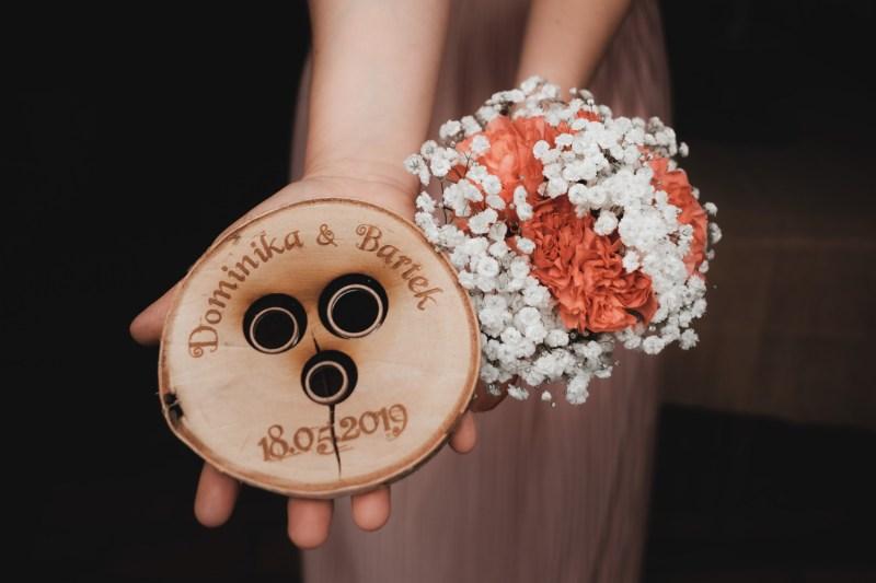 Ślub cywilny w plenerze - nietypowa tacka na trzy obrączki
