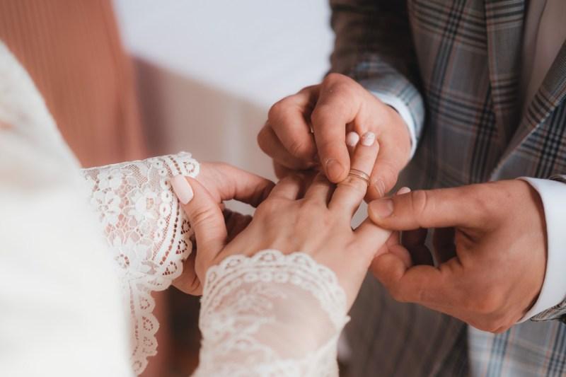 Przebieg ślubu cywilnego - moment założenia obrączek