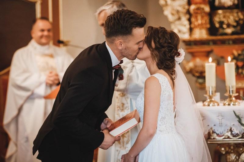 Przebieg ślubu kościelnego na Kaszubach - pocałunek Pary Młodej po przysiędze małżeńskiej