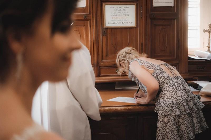 Przebieg mszy ślubnej - podpisanie dokumentów przez świadków na zakrystii