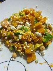 Salada de aboóbora, abacate, grão de bico e queijo feta.