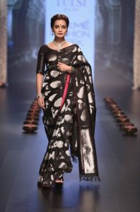 dia-mirza-walks-for-santosh-parekh-presented-by-tulsi-silks-at-lfw-wf-2016-3
