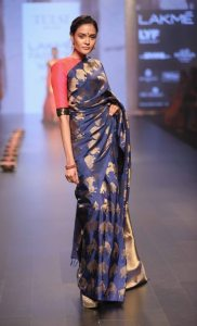 model-walks-for-santosh-parekh-presented-by-tulsi-silks-at-lfw-wf-2016-4