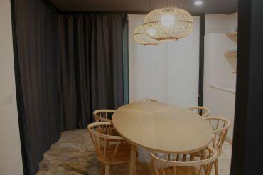 Comedor con cortina corrida para convertir salón en habitación
