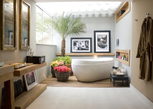 Bathroom-with-white-ceramic-modern-bathtub