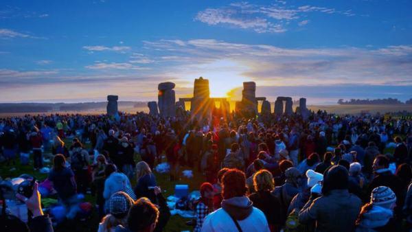 summer-solstice-sunrise-at-the-stonehenge-e1466179913316_sized