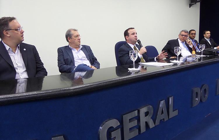 Leonardo da Cunha faz palestra na PGE