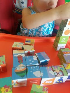 Anna Laura juega con los Mega Fun Cubes – Science4you