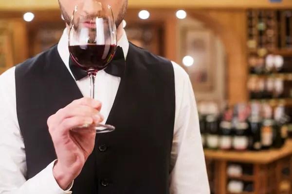 https://i1.wp.com/apetitoenlinea.com/wp-content/uploads/2019/03/Young-wine-Sommelier-wine-Stock-Photo-05.jpg?resize=600%2C400&ssl=1