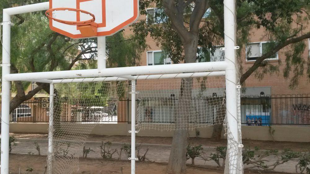 El PP denuncia el lamentable estado de la cancha deportiva de la Plaza América