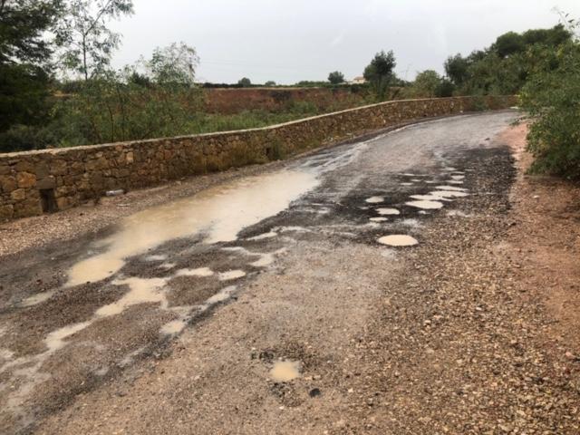 El asfalto de una calle del Xenillet, que el PP denunció que se trataba de un parche, no ha durado ni un mes