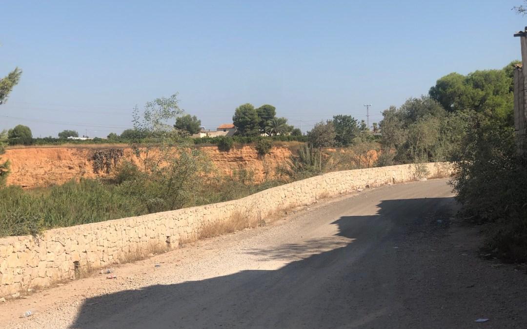 Ros solo parcheó un trozo de la calle de acceso a Torrent desde el Mas, para acallar a vecinos y al PP