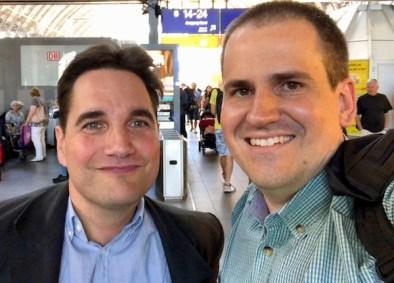 Jean-Claude (links) und Malte am Frankfurter Hauptbahnhof.