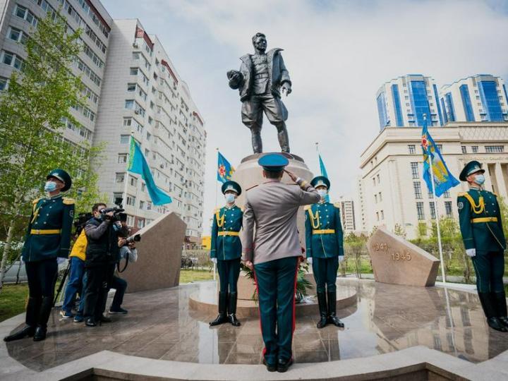 Памятник Талгату Бегельдинову открыли в Нур-Султане