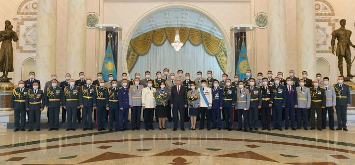 Глава государства вручил ордена и медали военнослужащим и сотрудникам правоохранительных органов