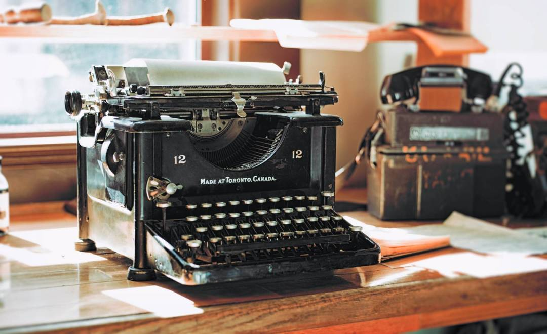Picture of old typewriter on table