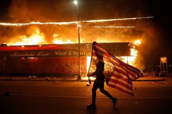Протестующие в США сожгли здание полиции из-за смерти ...