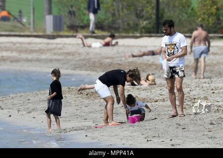 The former manchester united ace, 50, was joined by his stunning wife rachida brakni, 39, and children emir and selma as he showed off his. Cesc Un Total De 3347 Photos Seite 2 A Imageselect Banque De Photos Et Images De Microstock