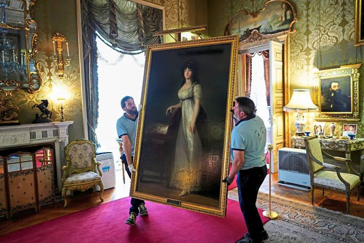 Workers carry 'The Marquise of Lazan' painting by the Spanish painter Francisco Goya at Liria Palace in Madrid. Photo: Reuters
