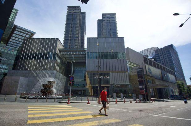 在MCO期间,吉隆坡非常繁忙的惹兰武吉免登(Jalan Bukit Bintang)几乎没有车辆或人经过。 — RAJA FAISAL HISHAN /星报