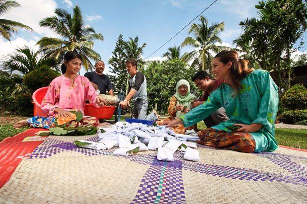 品尝当地美食,并与您的房东在当地村庄玩传统游戏。