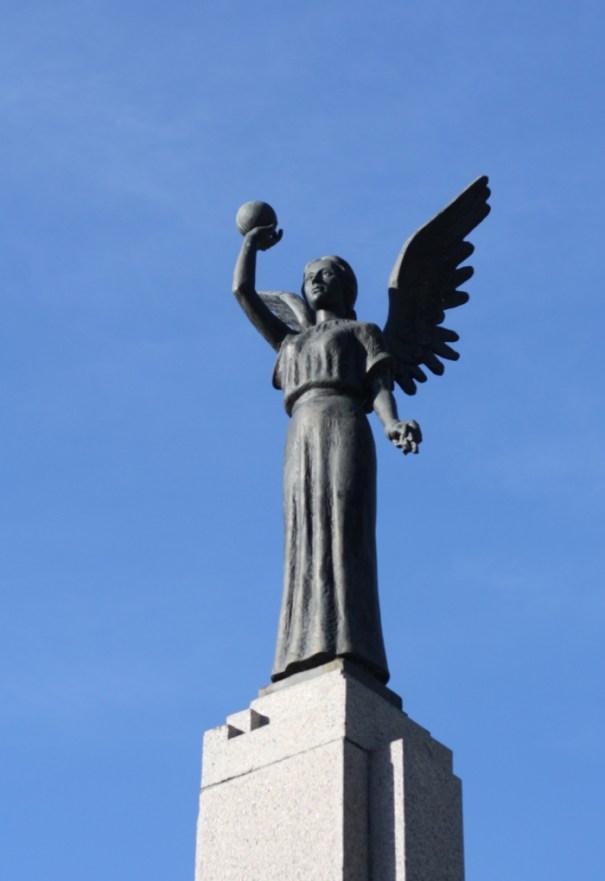 Angelas Laisvės paminklo viršuje