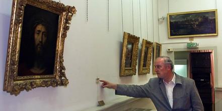 Le conservateur du musée de Draguignan montre l'emplacement du tableau de Rembrandt volé, juillet 1999