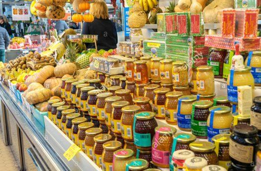 Vendiendo miel a un mercado local