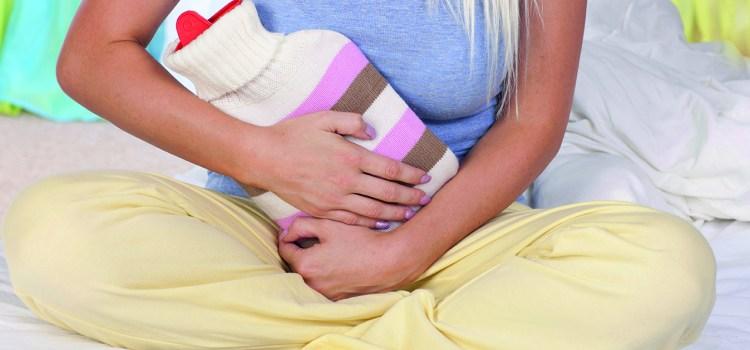 Hilfe gegen Harnwegsinfekte - Frau mit Wärmflasche