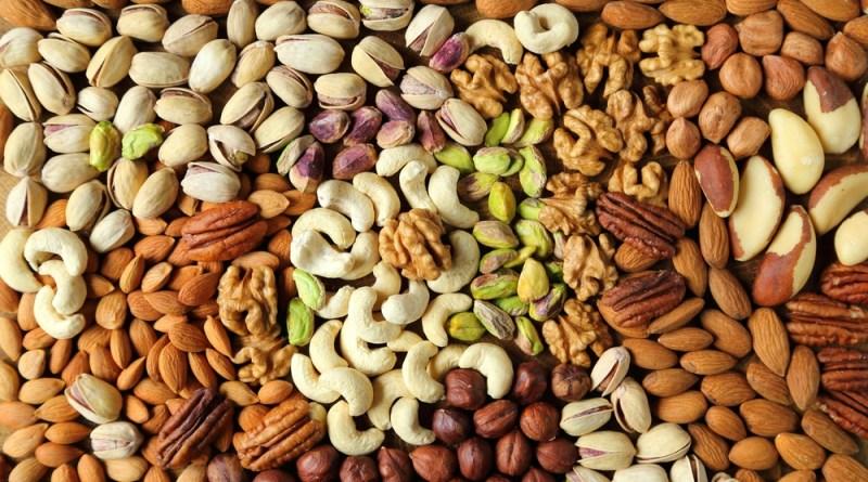 Eine Hand voll Nüsse