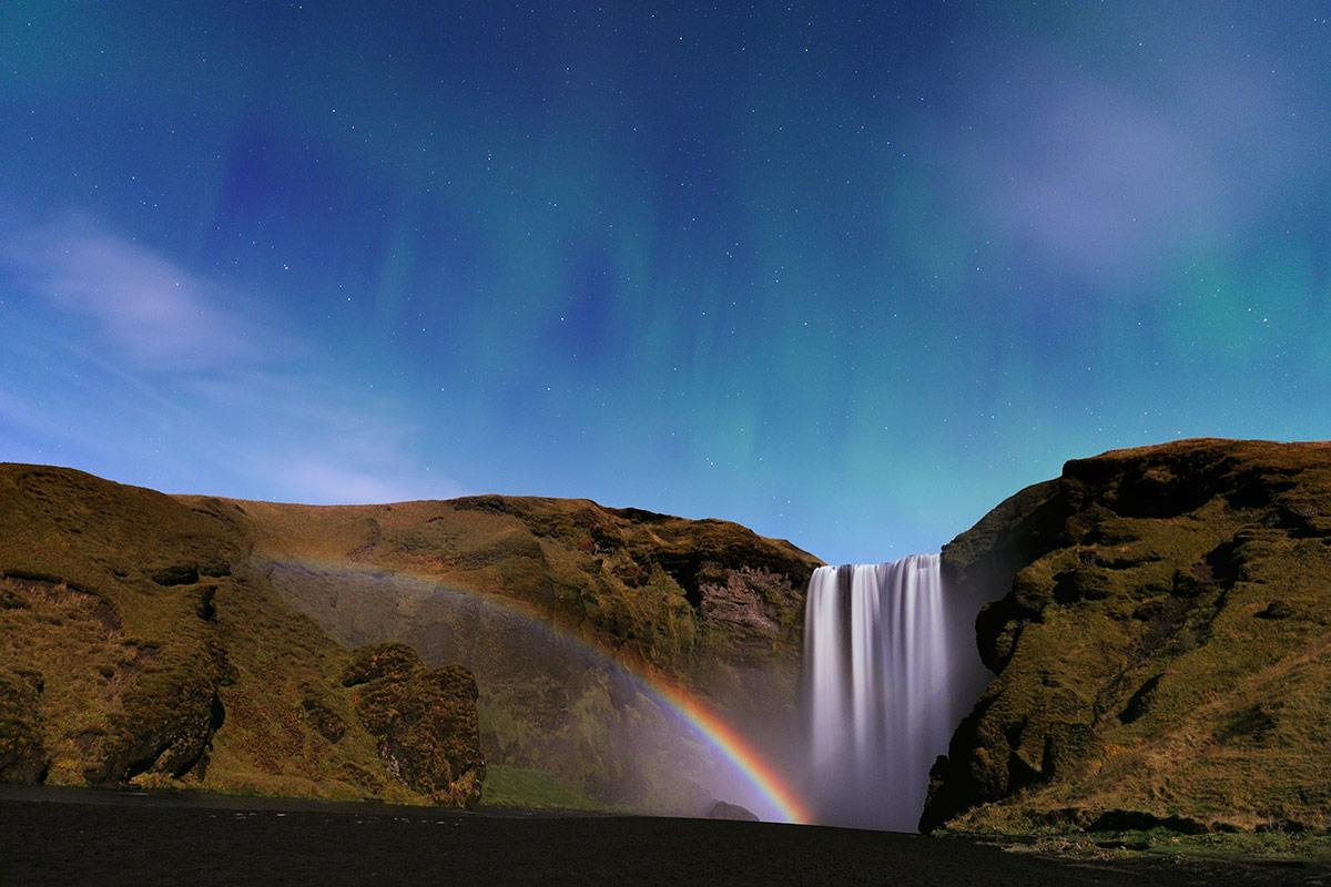 Une RaReté: Un arc de lumière de Lune, diffractée par les embruns d'une célèbre cascade, couronnée d'une aurore!(moonbow at Skogarfoss)