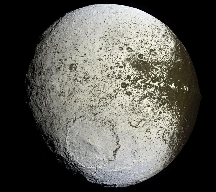 शनि का श्वेत श्याम चंद्रमा : आऐपिटस