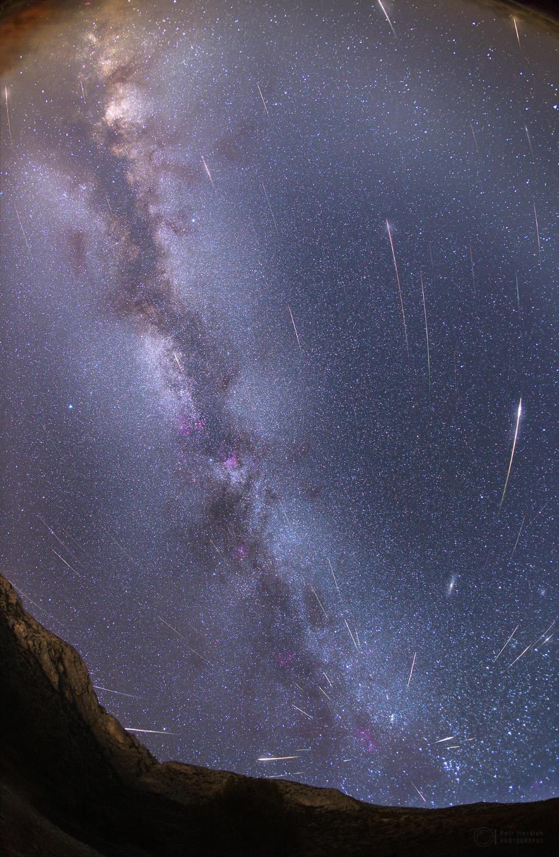 Perseidák hullócsillagok montázsa a Tejúttal
