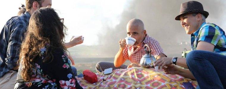 Israëli's en Gazanen samen aan de thee – met een hek ertussen – The Rights Forum