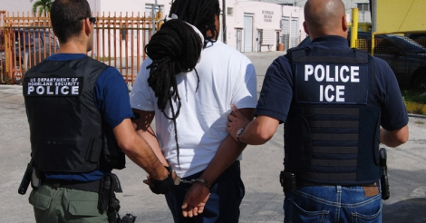 hoe-amazon-en-andere-techbedrijven-meehelpen-aan-de-deportatie-van-migranten