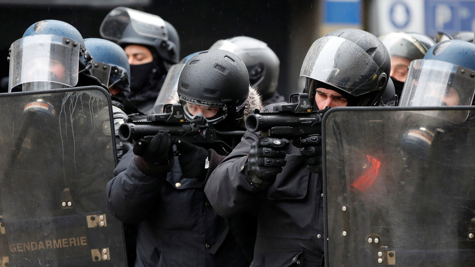 yellow-vests-v-police-they-want-us-to-go-naked-against-flashballs