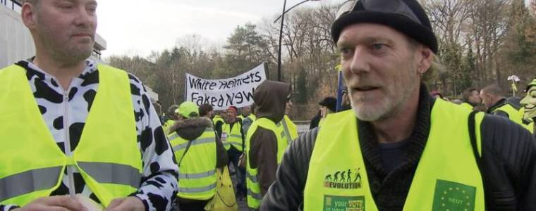 yellow-vest-the-netherlands-banner-with-8220white-helmets-are-fake-news8221.