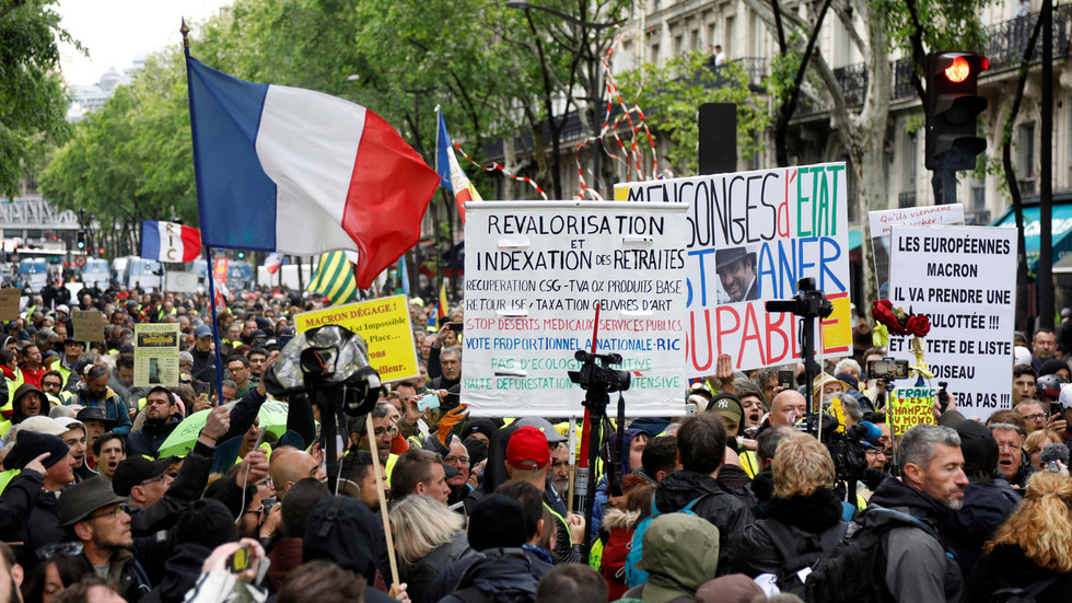 french-police-use-tear-gas,-water-cannons-in-nantes-as-yellow-vests-march-for-26th-weekend-in-row