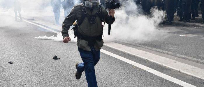 """protest-nimmt-kein-ende:-""""gelbwesten""""-marschieren-in-paris"""