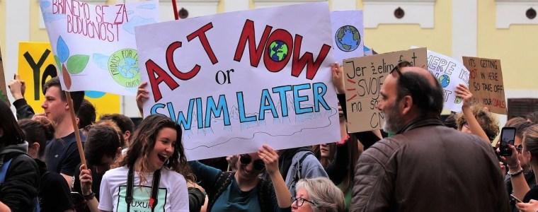 schulstreiks:-schuler-demonstrieren,-regierung-verkohlt-journalisten