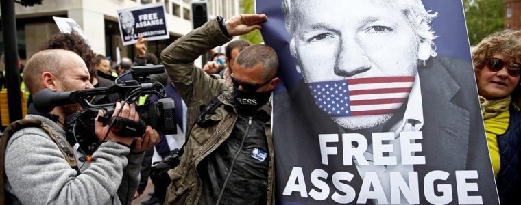 jeremy-hunt-stays-mum-when-asked-about-assange-on-way-to-press-freedom-conference-(video)