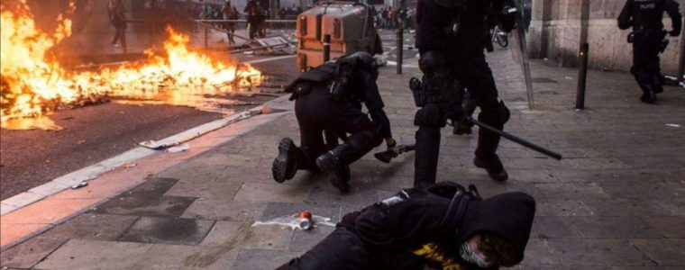 dramatic-footage-shows-national-spanish-police-in-brutal-catalonia-protest-crackdown
