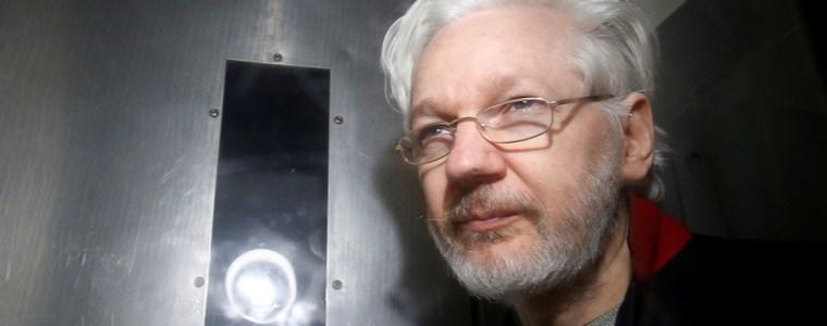 'yellow-vests'-march-for-julian-assange-outside-belmarsh-prison-(videos)