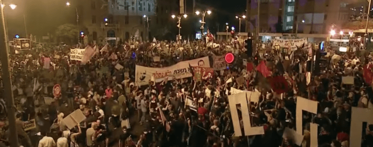 watch-thousands-of-protesters-surround-israel-pm-benjamin-netanyahu's-residence-in-jerusalem