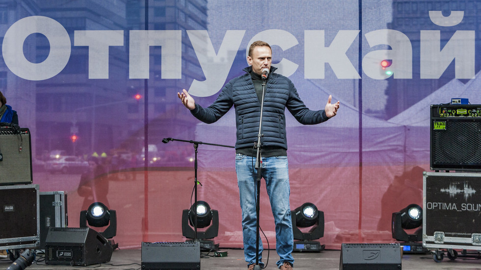 navalny-'is-working-with-cia':-kremlin-makes-explosive-allegation-after-opposition-figure-blames-putin-for-alleged-poisoning